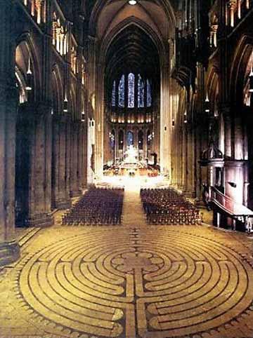 widok labiryntu we wnętrzu katedry w Chartres