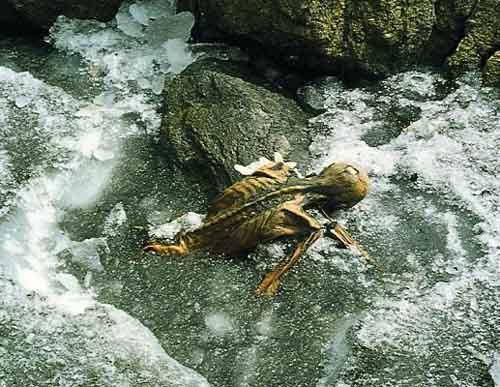Ötzi en el glaciar donde fue descubierto